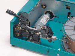 Разъём для push-pull горелки или дистанционное управление в версии DW (опция).  Механизм подачи проволоки.